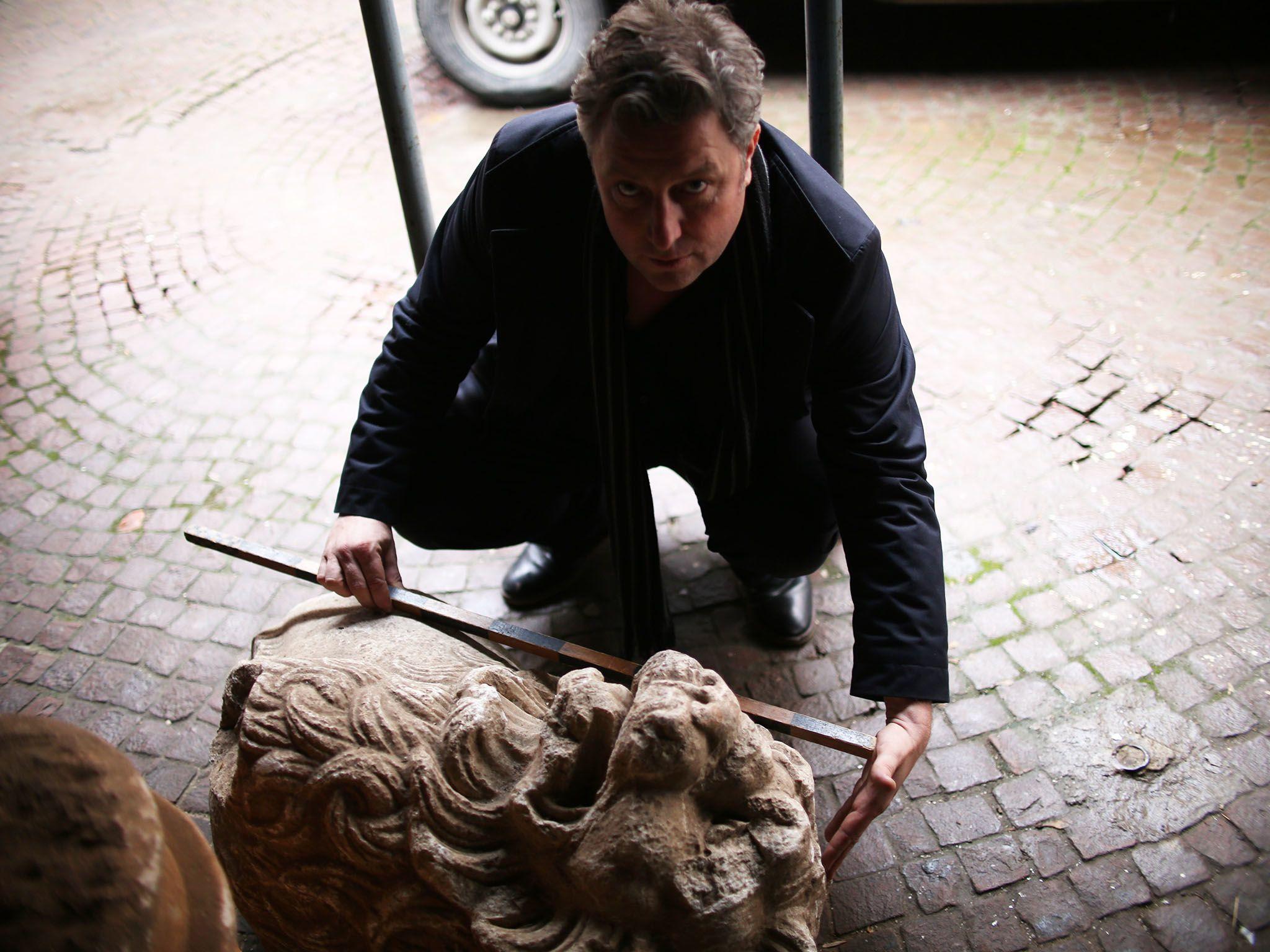 Shumen, Bulgaria: il corrispondente di National Geographic Inigo Gilmore misura un'antica pietra... [Foto del giorno - giugno 2016]