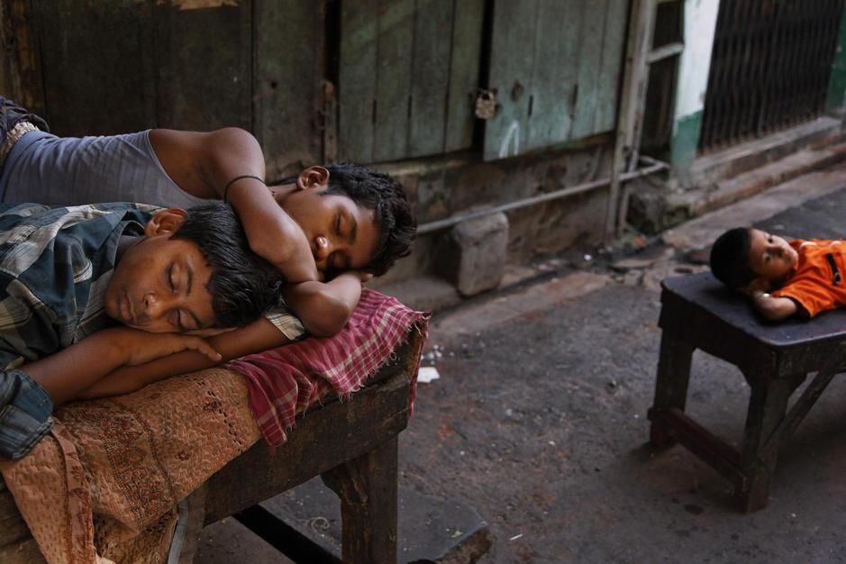 کودکان در حال خوابی که در کلکته به دنبال طلا، شن و... [Photo of the day - ژولیه 2011]
