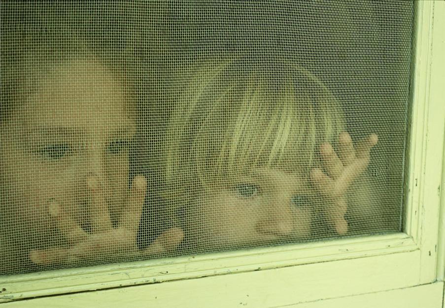 دو خواهر پشت درب توری در پارک راپیس ایالت مینه سوتا  [Photo of the day - ژولیه 2011]