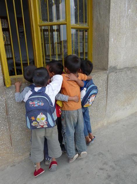 بچه مدرسه ای های جوان و کنجکاو از پنجره کلاس خود در... [Photo of the day - ژولیه 2011]