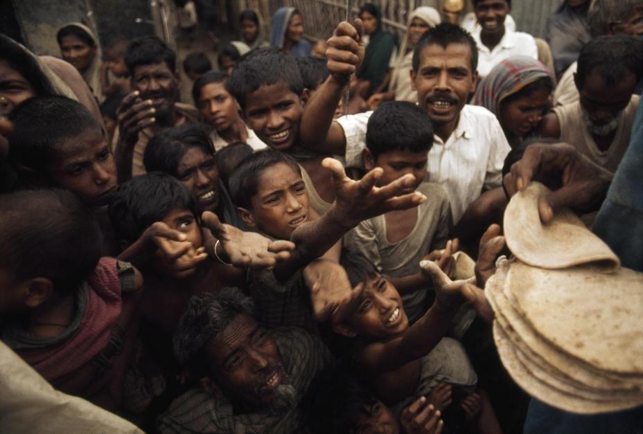 بنگالی های گرسنه در یک آشپزخانه امداد رسانی صلیب سرخ... [Photo of the day - ژولیه 2011]