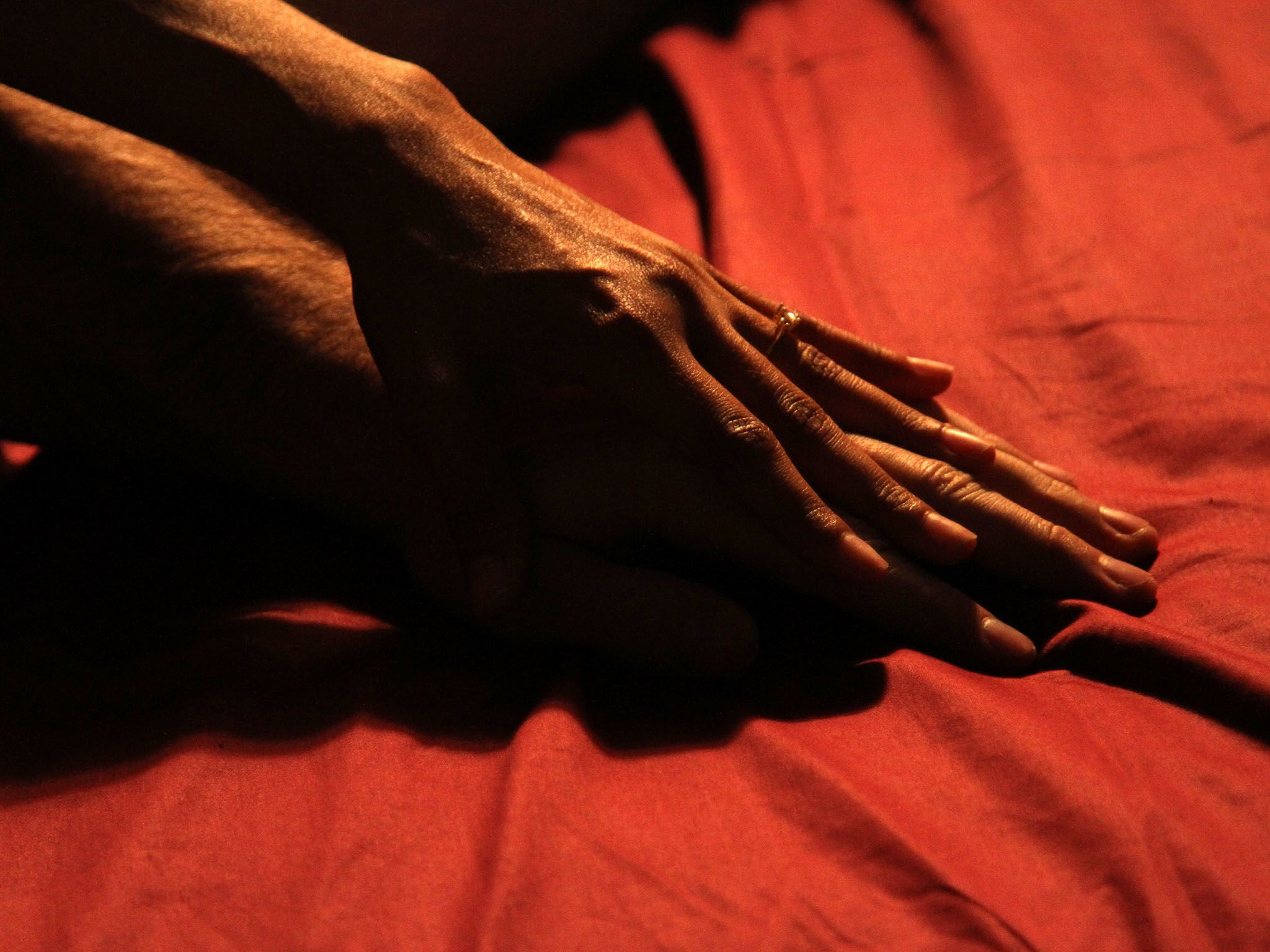Los Angeles, Calif.: A couple's hands in bed together. This image is from Original Sin: Sex. [Photo of the day - سپتامبر 2016]