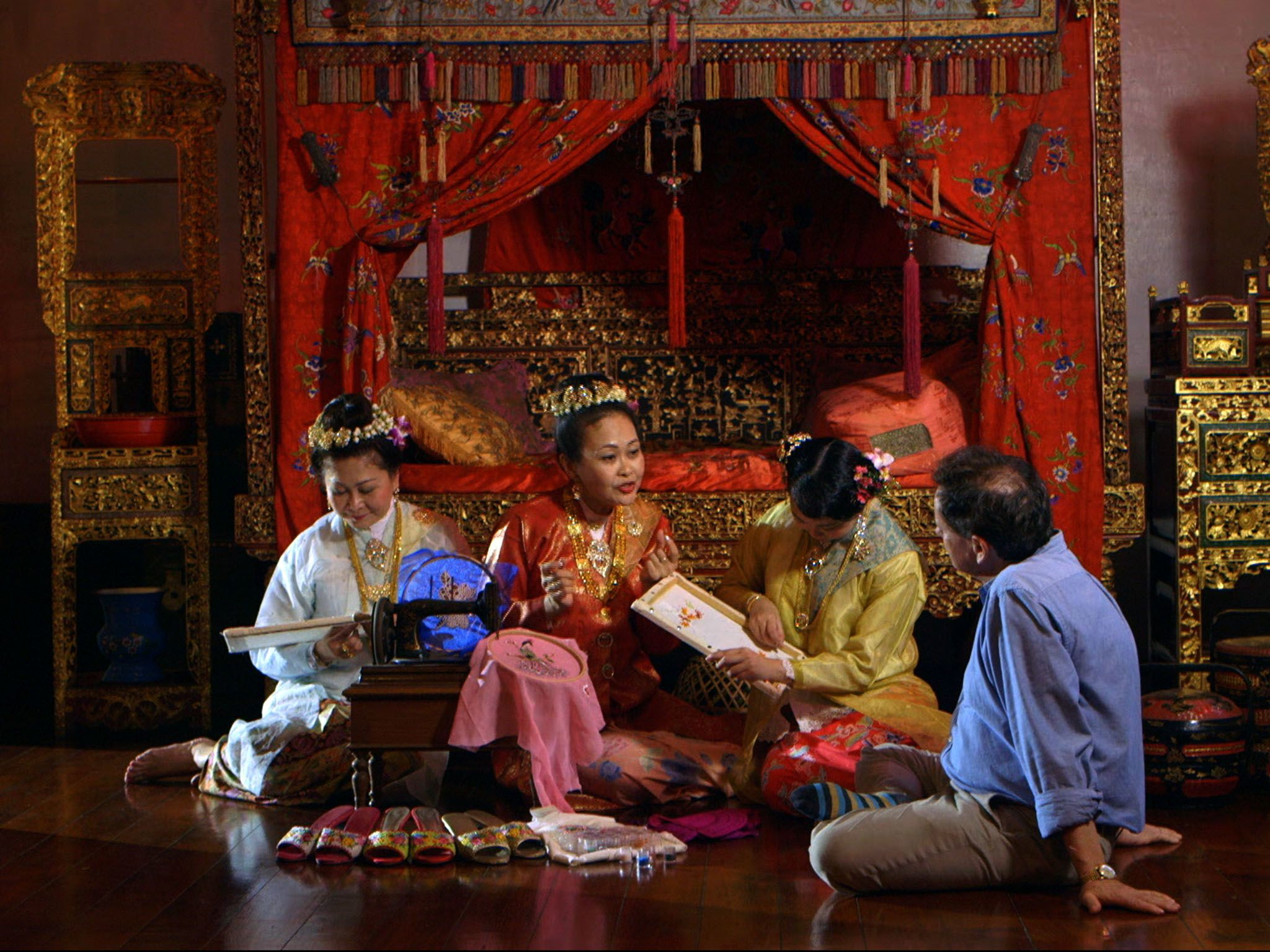 Penang, Malaysia:Julian and Lilian talking about the Kasut Manek while Melinda and Jewel... [Photo of the day - اکتوبر 2016]