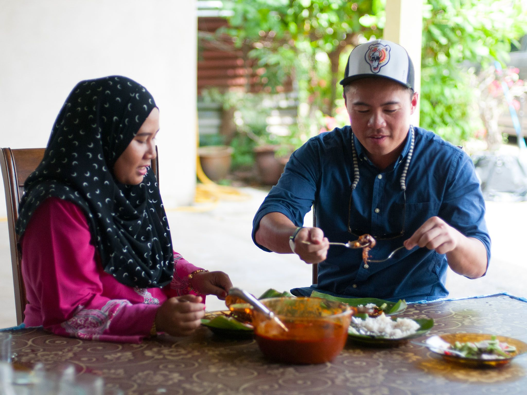 Terengganu, Malaysia: Viet Pham and Jamilah finally sit down to taste the Nasi Dagang they have... [Photo of the day - نوامبر 2016]