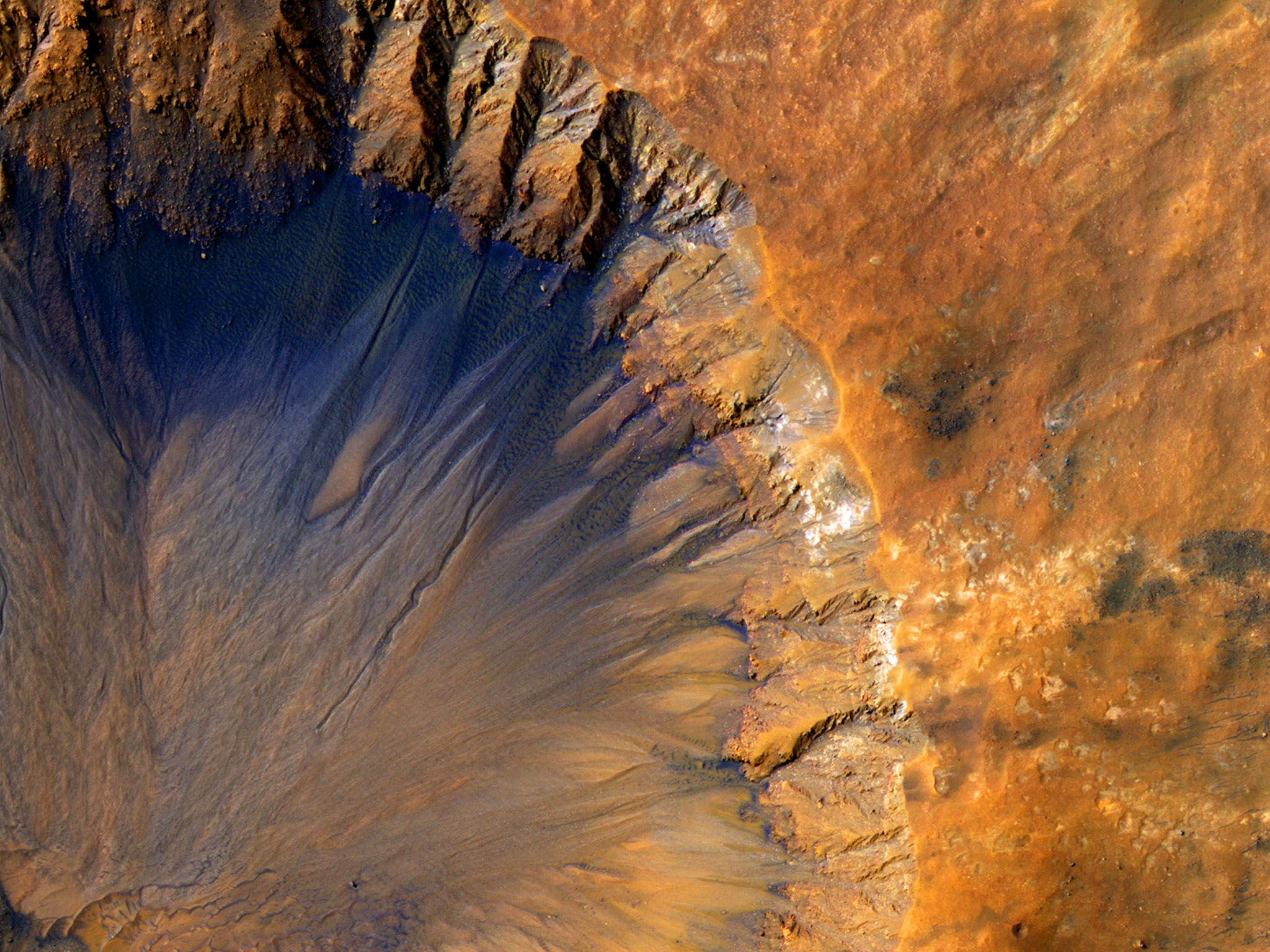 Fresh Crater Near Sirenum Fossae Region of Mars. The High Resolution Imaging Science Experiment... [Photo of the day - December 2016]