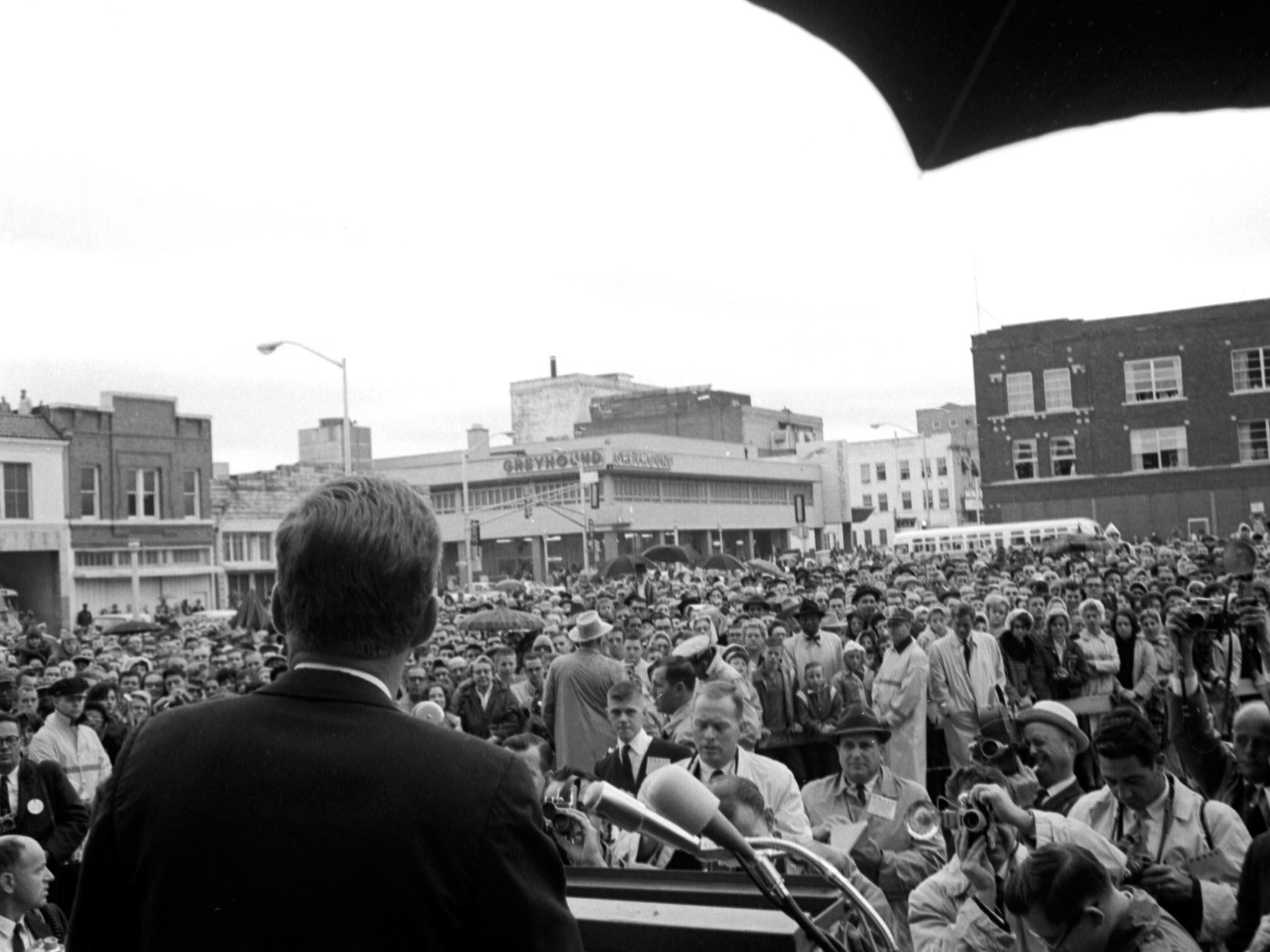 President Kennedy gives a speech to a gathered crowd in front of the Texas Hotel, Fort Worth,... [Photo of the day - ژانویه 2017]