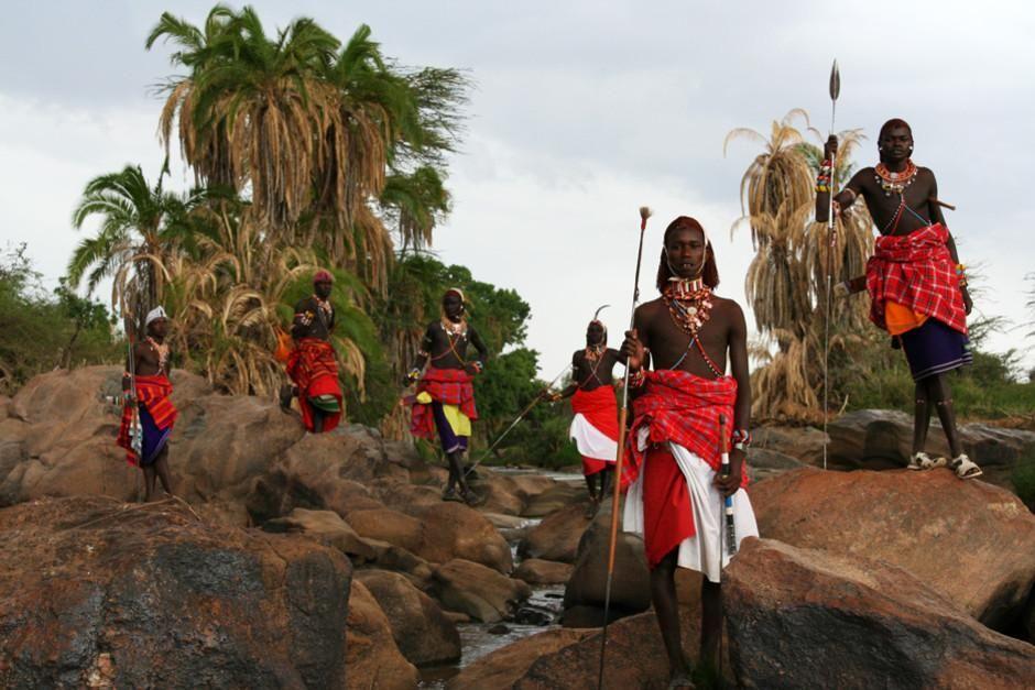 جنگجویان قبیله ماسایی نیزه به دست ایستاده اند. تصویر... [Photo of the day - فوریه 2012]