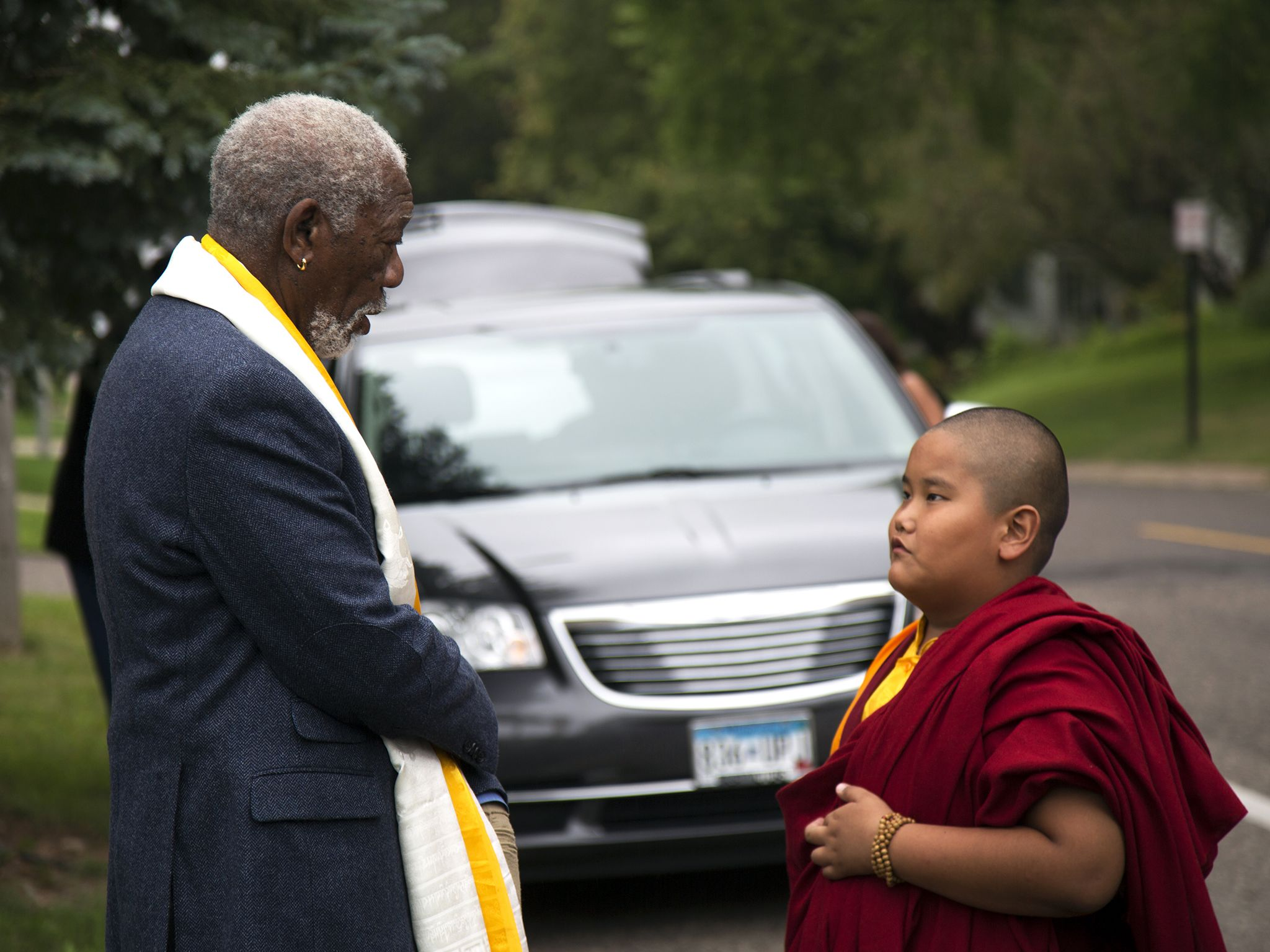Minneapolis, Minn: Outside the Dorjee family home, Morgan Freeman speaks with nine year old... [Photo of the day - آوریل 2017]