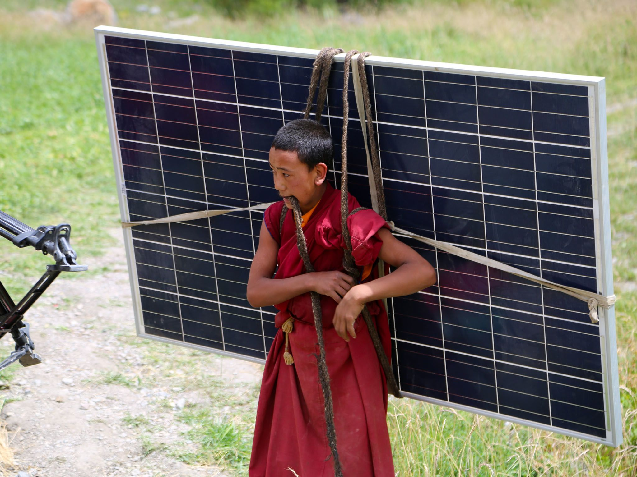 Lingshed, India: Local villager transporting solar panels through the mountainside. This image... [Photo of the day - 四月 2017]