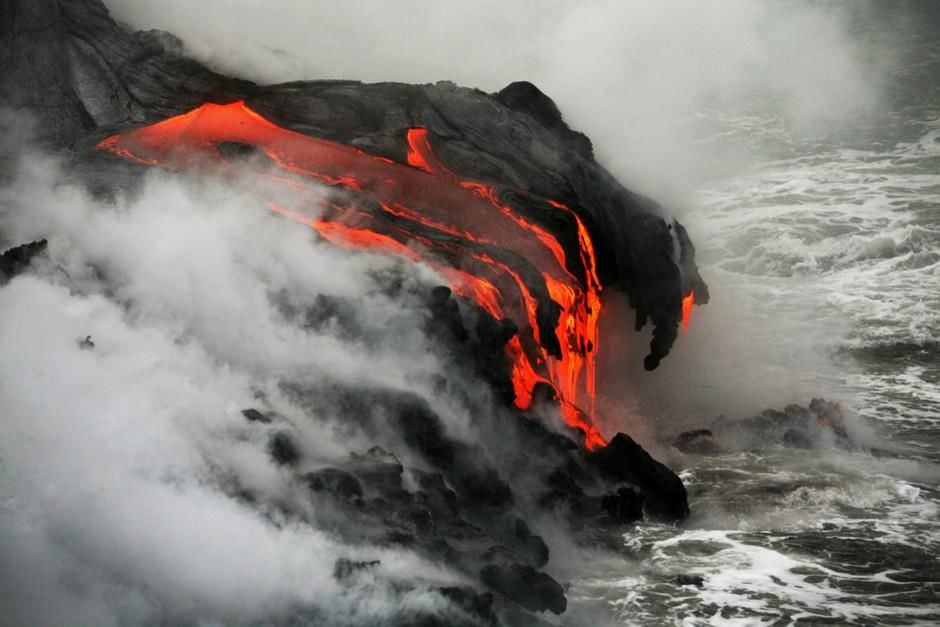 الحمم الناجمة عن تفجر بركان كيلوا تتدفق في البحر... [Photo of the day - فبراير 2012]