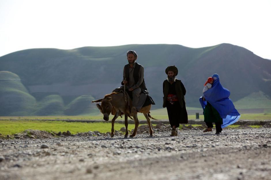أسرة أفغانية تمشي على جانب الطريق. الصورة مأخوذة من... [Photo of the day - فبراير 2012]