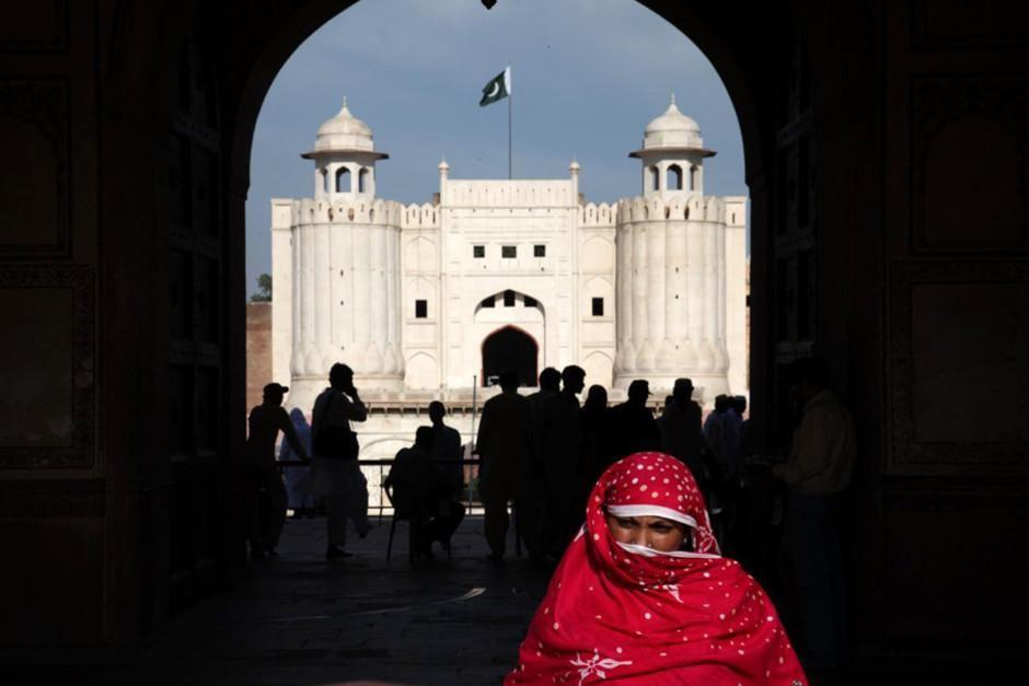 ترکیب معماری سنتی و مدرن مساجد در لاهور پایتخت... [Photo of the day - فوریه 2012]