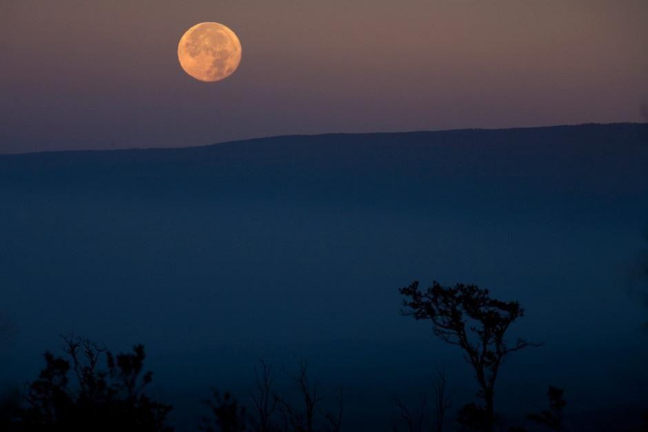القمر يظهر فوق مونا لوا، هاواي. الصورة مأخوذة من أروع... [Photo of the day - فبراير 2012]