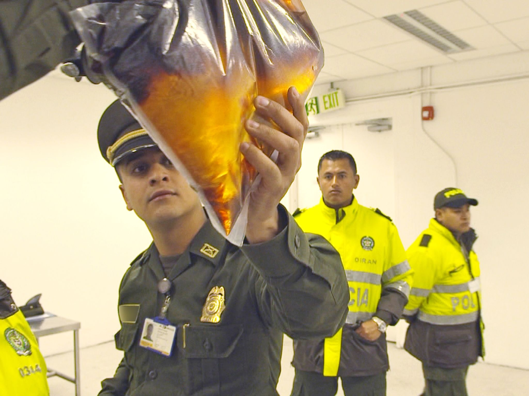 Bogota, Colombia:  An officer examines suspicious fluid. This image is from Airport Security:... [Foto del giorno - ottobre 2017]