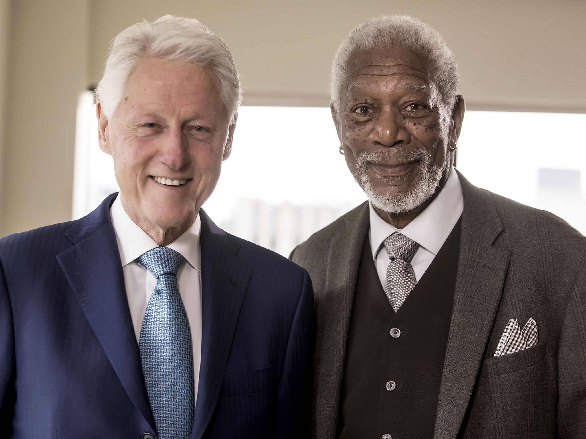 New York City:  President Bill Clinton poses with host Morgan Freeman as seen on National... [Foto del giorno - gennaio 2018]