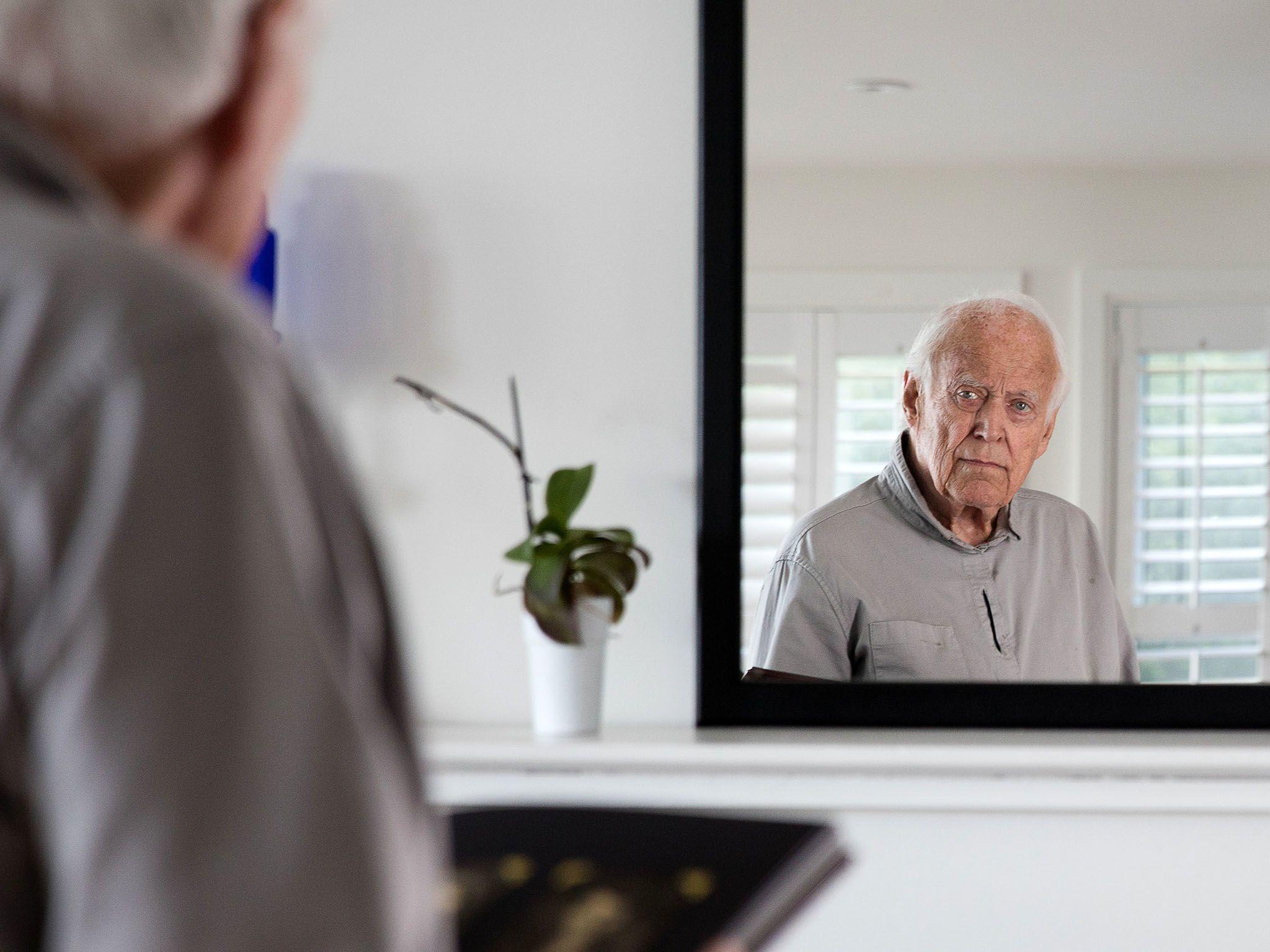 تورنتو: آدام سالخورده در خانه خود در کنار دریاچه. این... [Photo of the day - فوریه 2018]