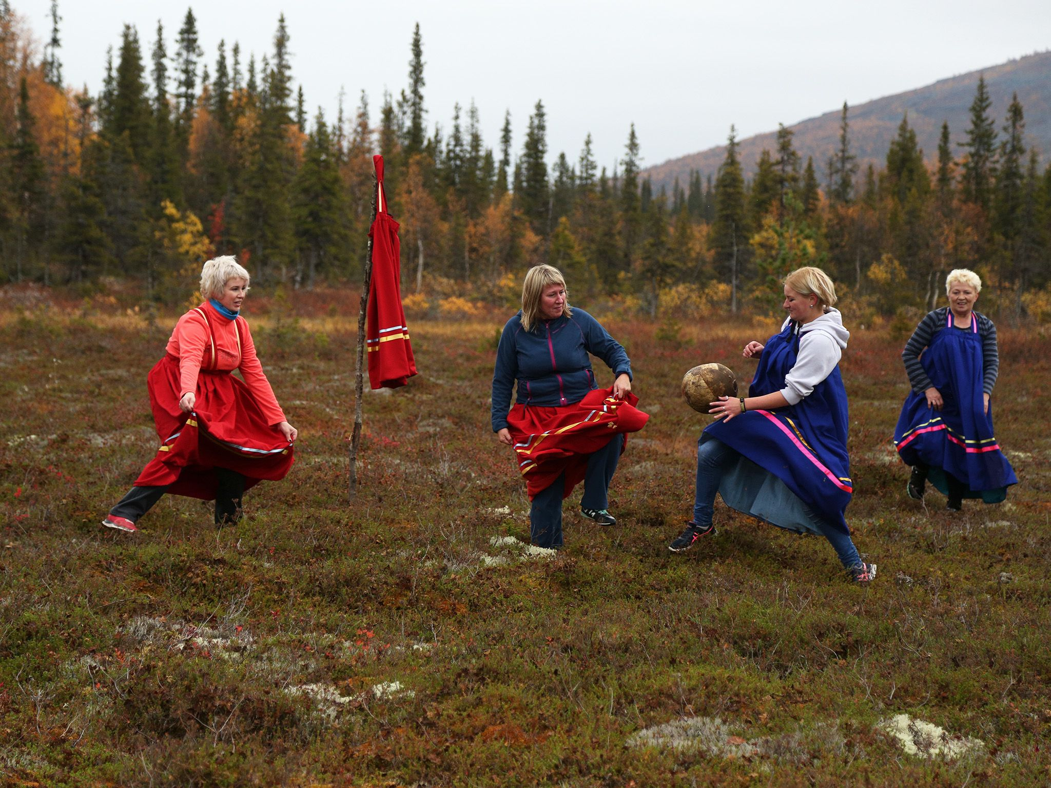 Kola Peninsula, Russia:  Members of the Saami indigenous community play a game of Saami... [Photo of the day - 六月 2018]