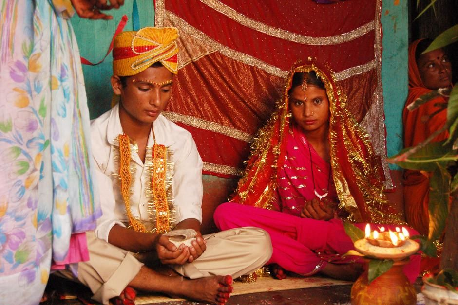 Birgunj, Nepal: As teenagers, this bride and groom will now be officially married. Marriage is... [Photo of the day - أبريل 2012]