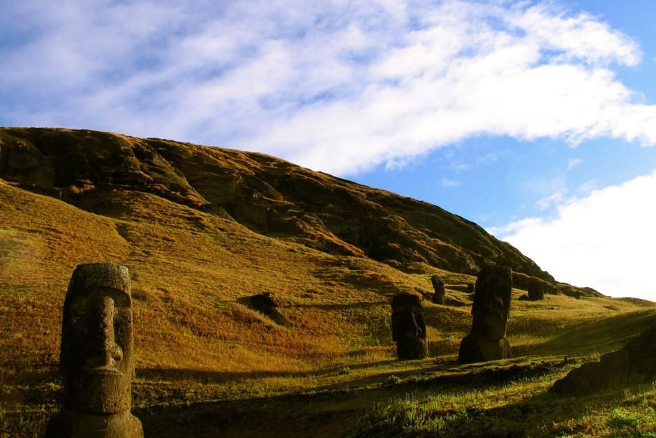 EASTER ISLAND, CHILE:  Giant moai statue heads at the Rano Raraku quarry. This image is from... [Photo of the day - أبريل 2012]
