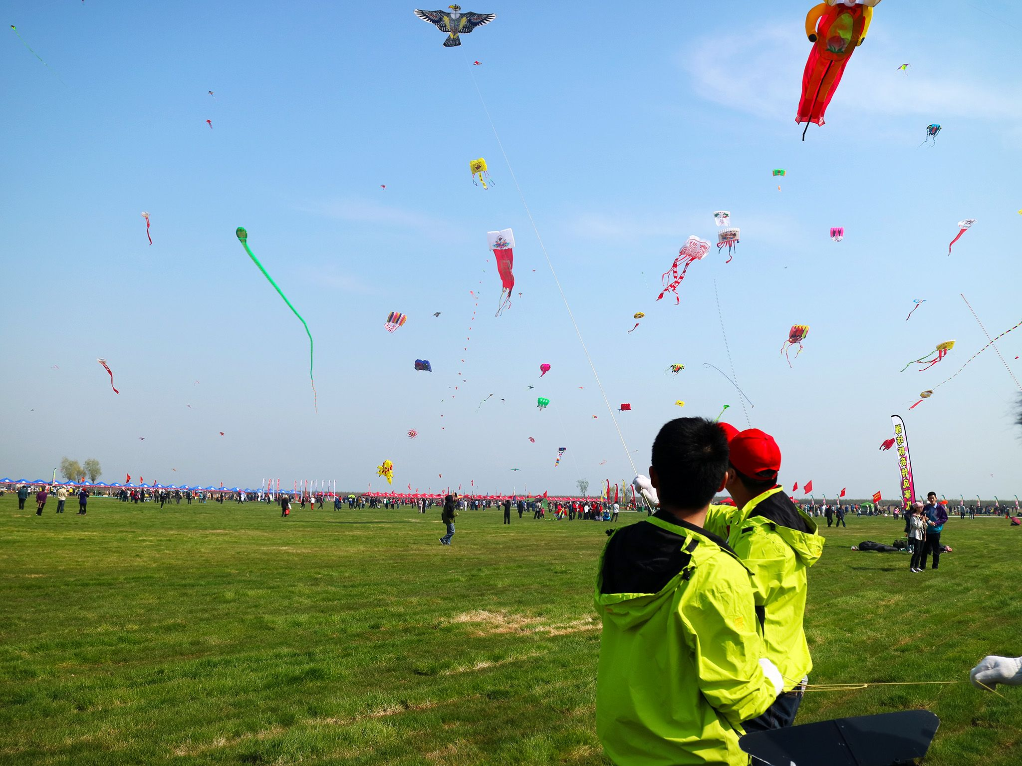 Weifang, Shandong Province, China: Kite makers showing off their creations at Weifang... [Foto del giorno - August 2018]