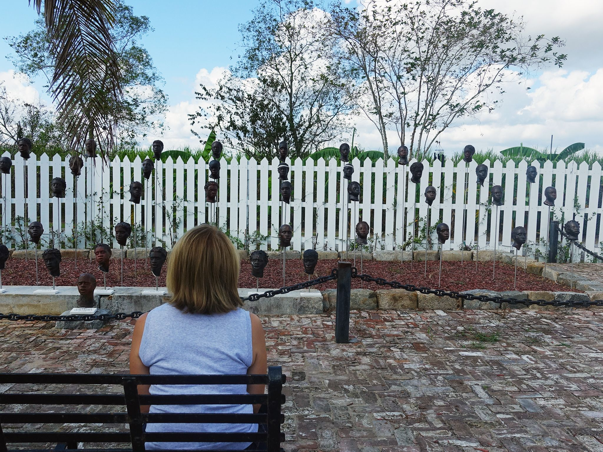 Edgard, LA:  Katie Couric sitting in front of slave memorial at the Whitney Plantation. This... [Foto del giorno - August 2018]
