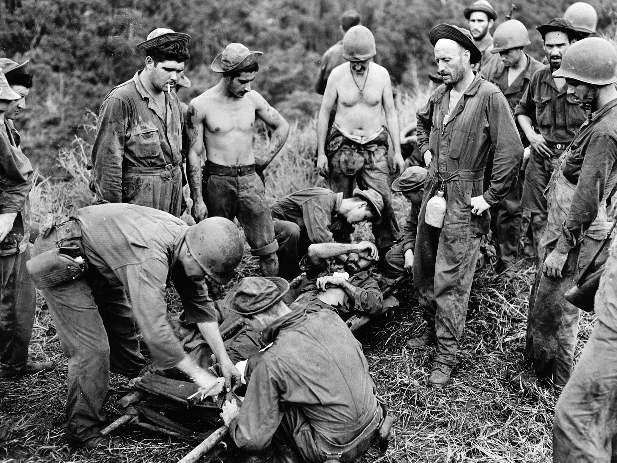 Guadalcanal:  A casualty from the front line fighting is being transferred from the makeshift... [Photo of the day - 九月 2018]