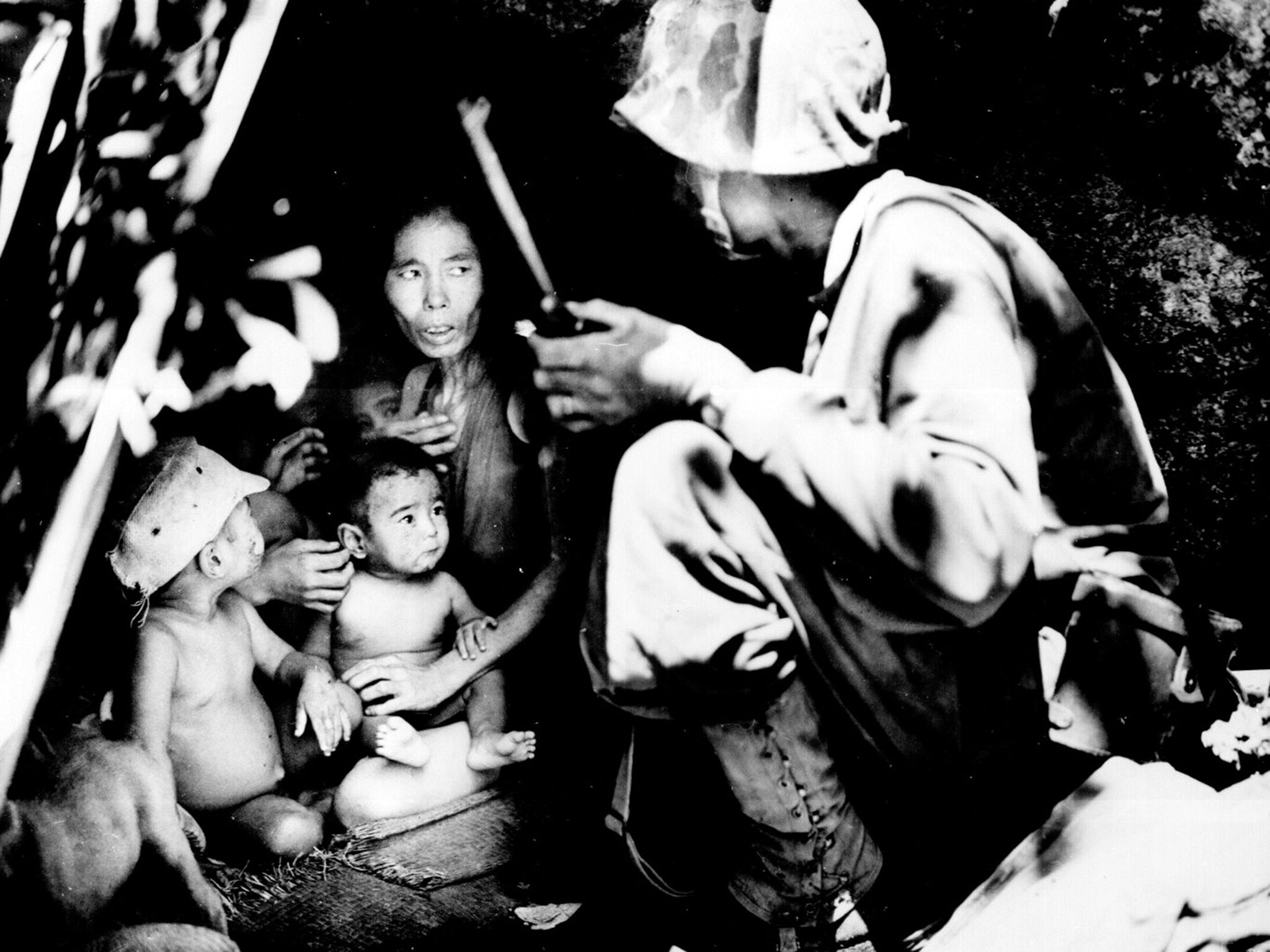 Saipan:  A member of a Marine patrol on Saipan found this family of Japanese civilians hiding in... [Foto del giorno - settembre 2018]