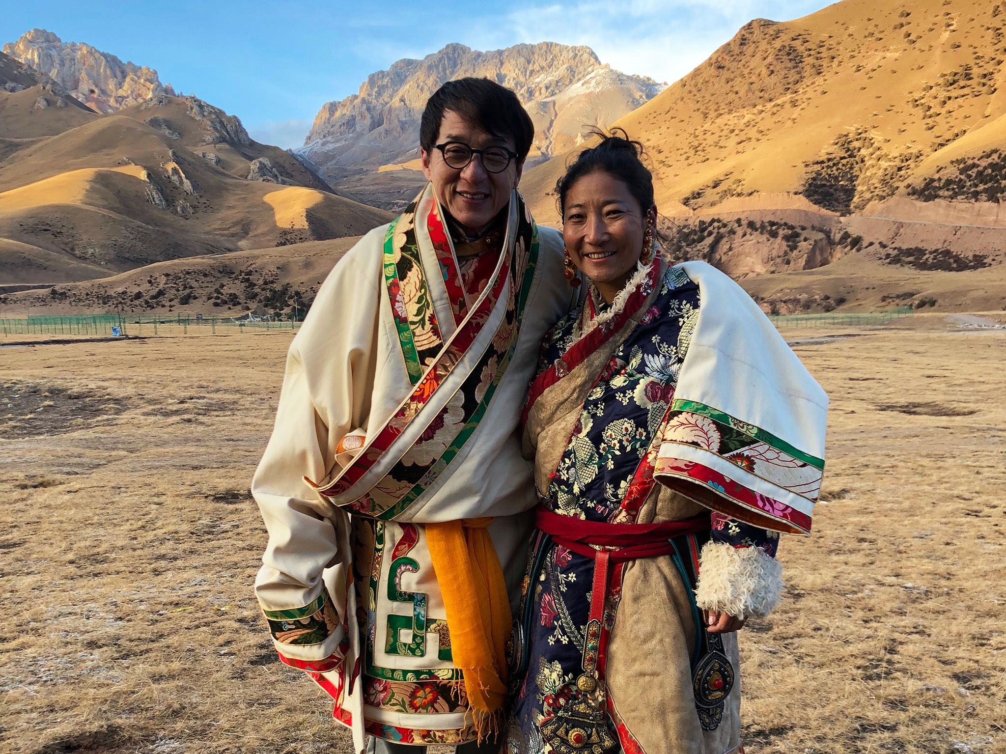 Zadoi, China:  Jackie Chan in native dress with local also in native dress. Mountainous terrain... [Foto del giorno - September 2018]