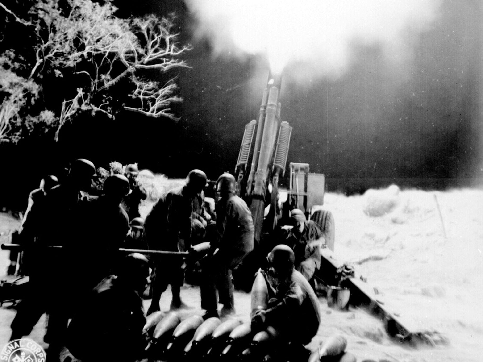 Balete Pass, Luzon, P.I.:  Veteran Artillery men of the C Battery, 90th Field Artillery, lay... [Foto del giorno - settembre 2018]
