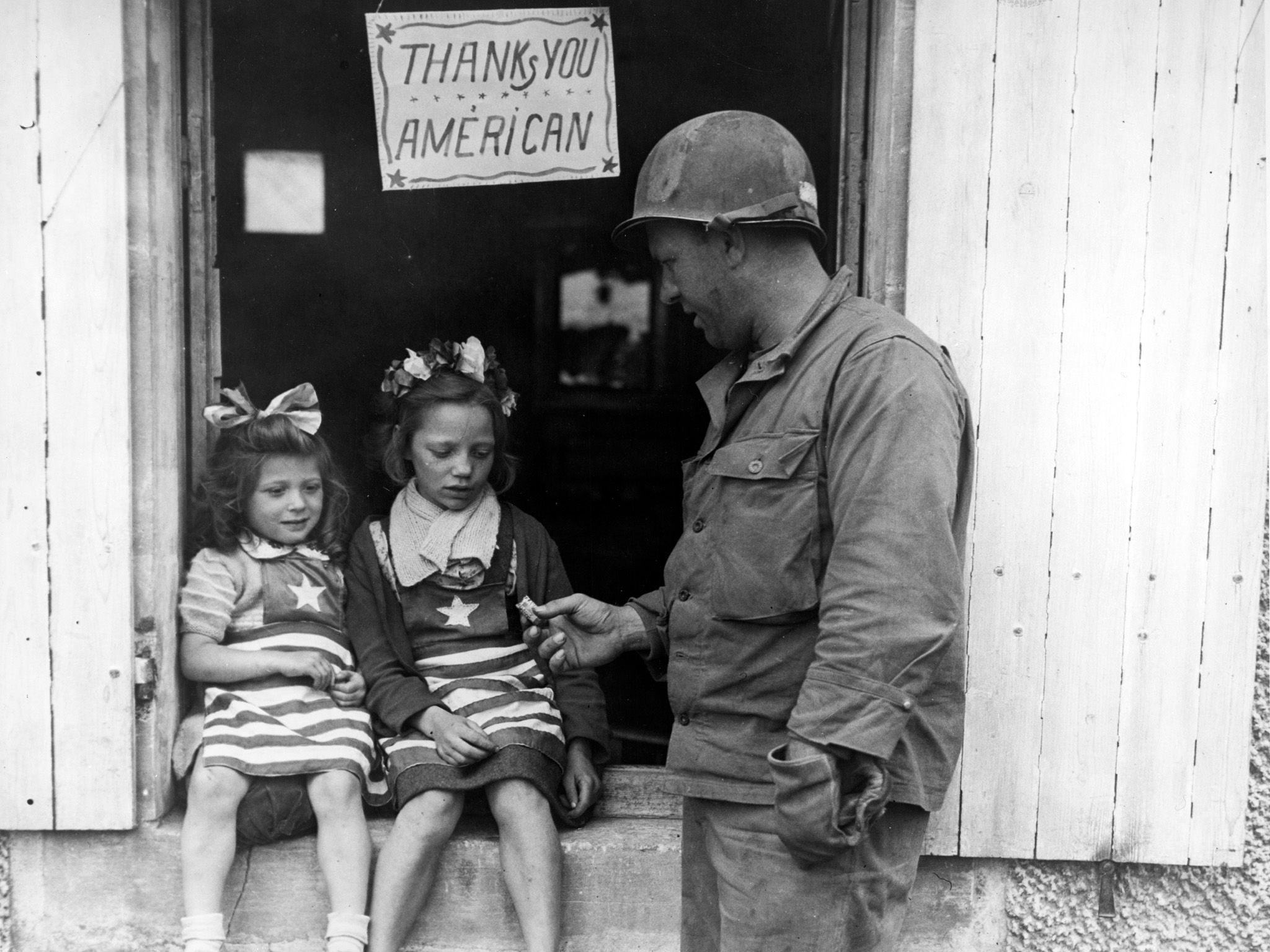 France:  July 4, 1944 - Sgt. Walter P. Goworek, Jersey City, NJ, treats two little French lasses... [Foto del giorno - settembre 2018]
