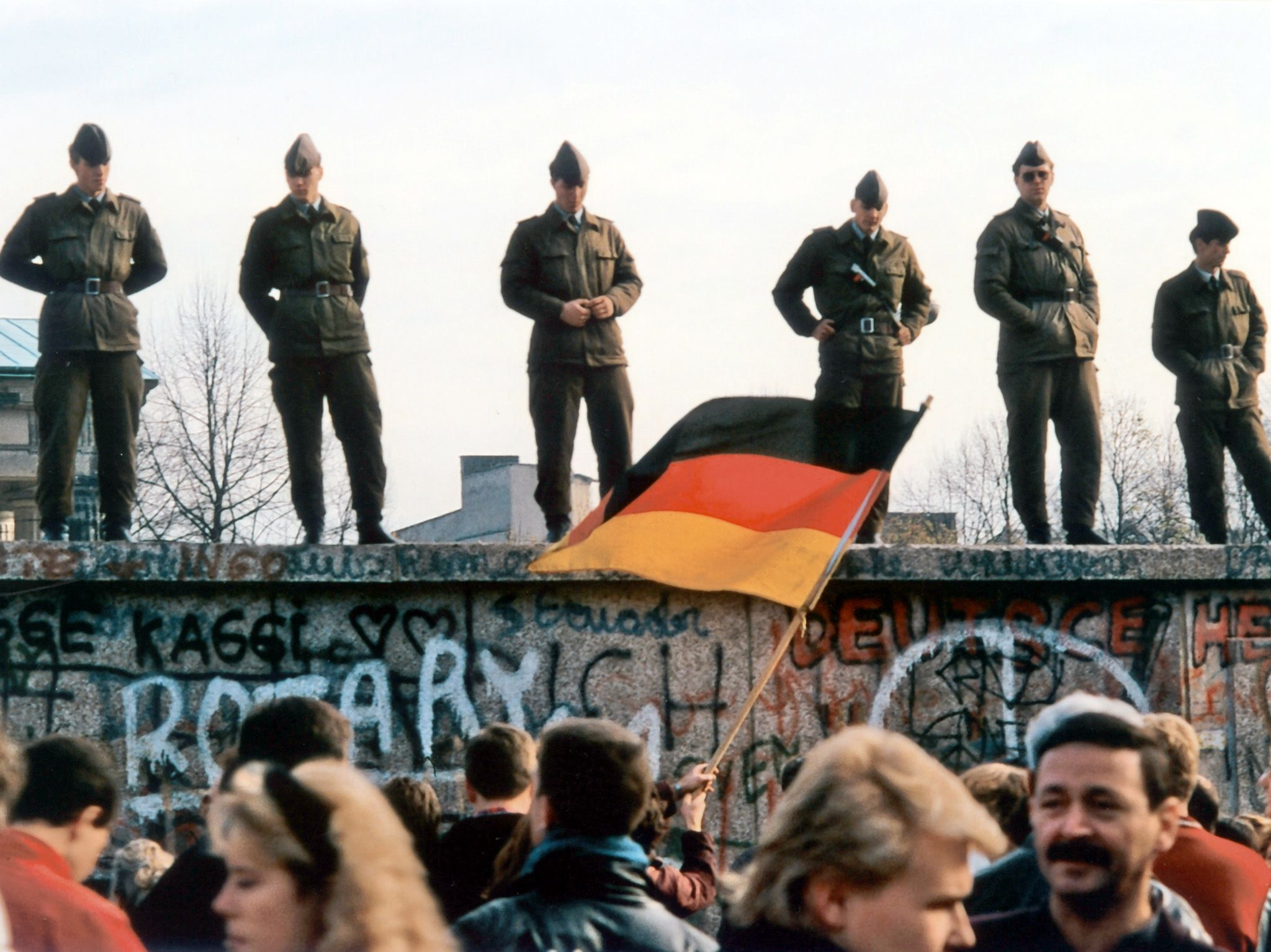 Soldiers on the Berlin Wall. This image is from Decades Remixed: The '80s Greatest. [Foto del giorno - ottobre 2018]