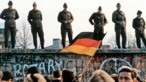 Soldiers on the Berlin Wall. This... [Photo of the day - 23 OCTOBER 2018]