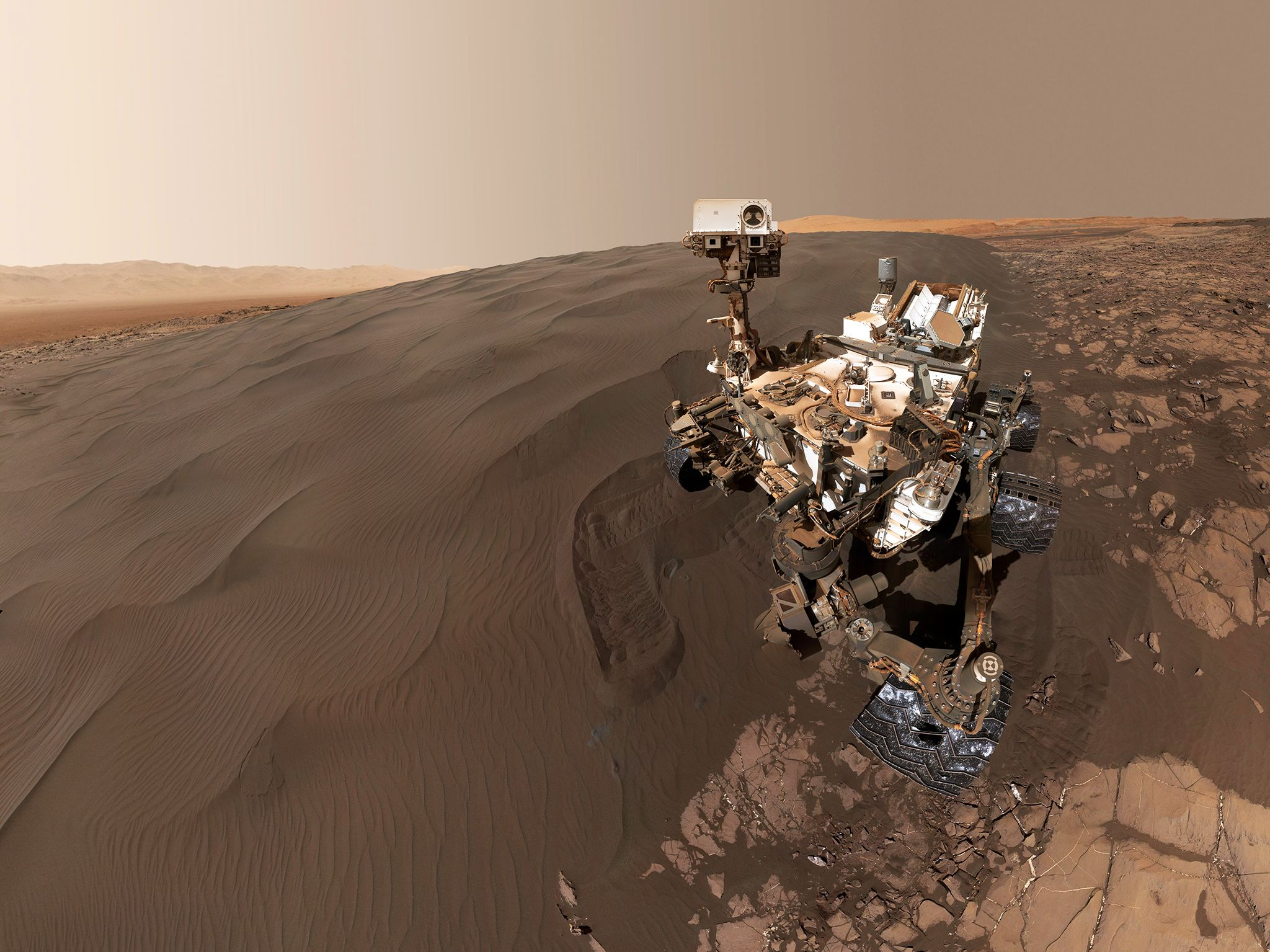 Curiosity selfie at Bagnold Dunes in Gale Crater, sol 1228. This image is from Curiosity: Life... [Foto del giorno - November 2018]