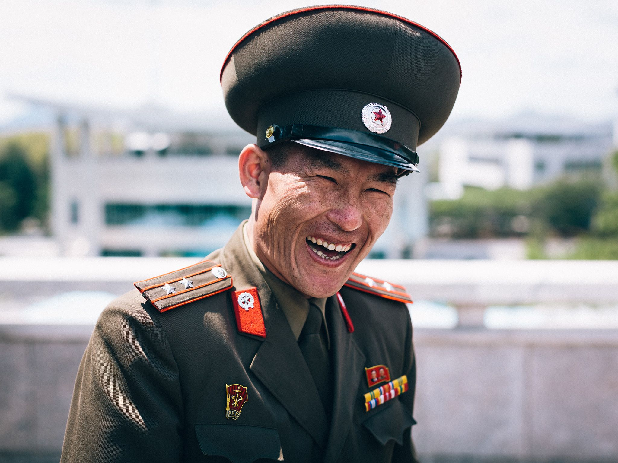 North Korea:  Military guard. This image is from North Korea: Michael Palin's Journey. [Foto del giorno - dicembre 2018]