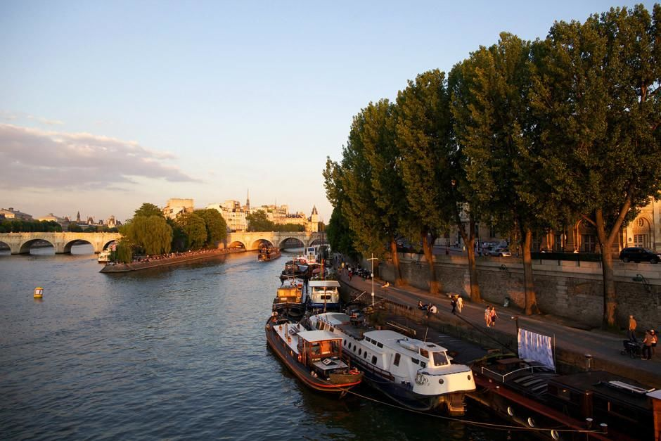 A wide shot facing east, during sunset on the Seine River in Paris, France. This image is from... [Photo of the day - أبريل 2012]