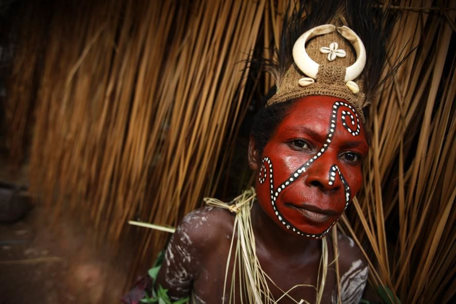 A Karim speaker from the Sepik River region of Papua New Guinea poses in traditional face paint.... [Photo of the day - أبريل 2012]
