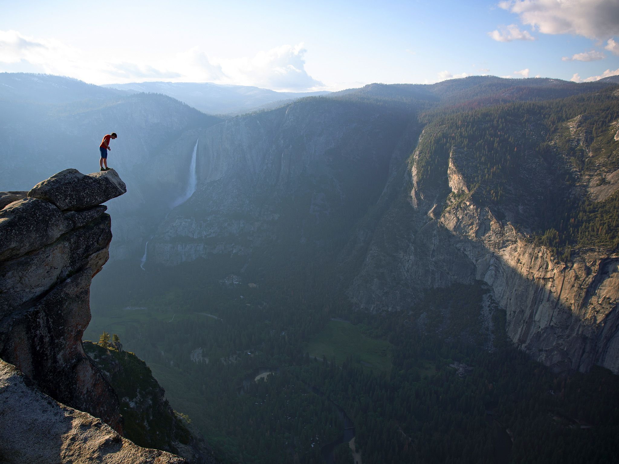 Alex Honnold peers over the edge of Glacier Point in Yosemite National Park. He had just climbed... [Foto del giorno - March 2019]