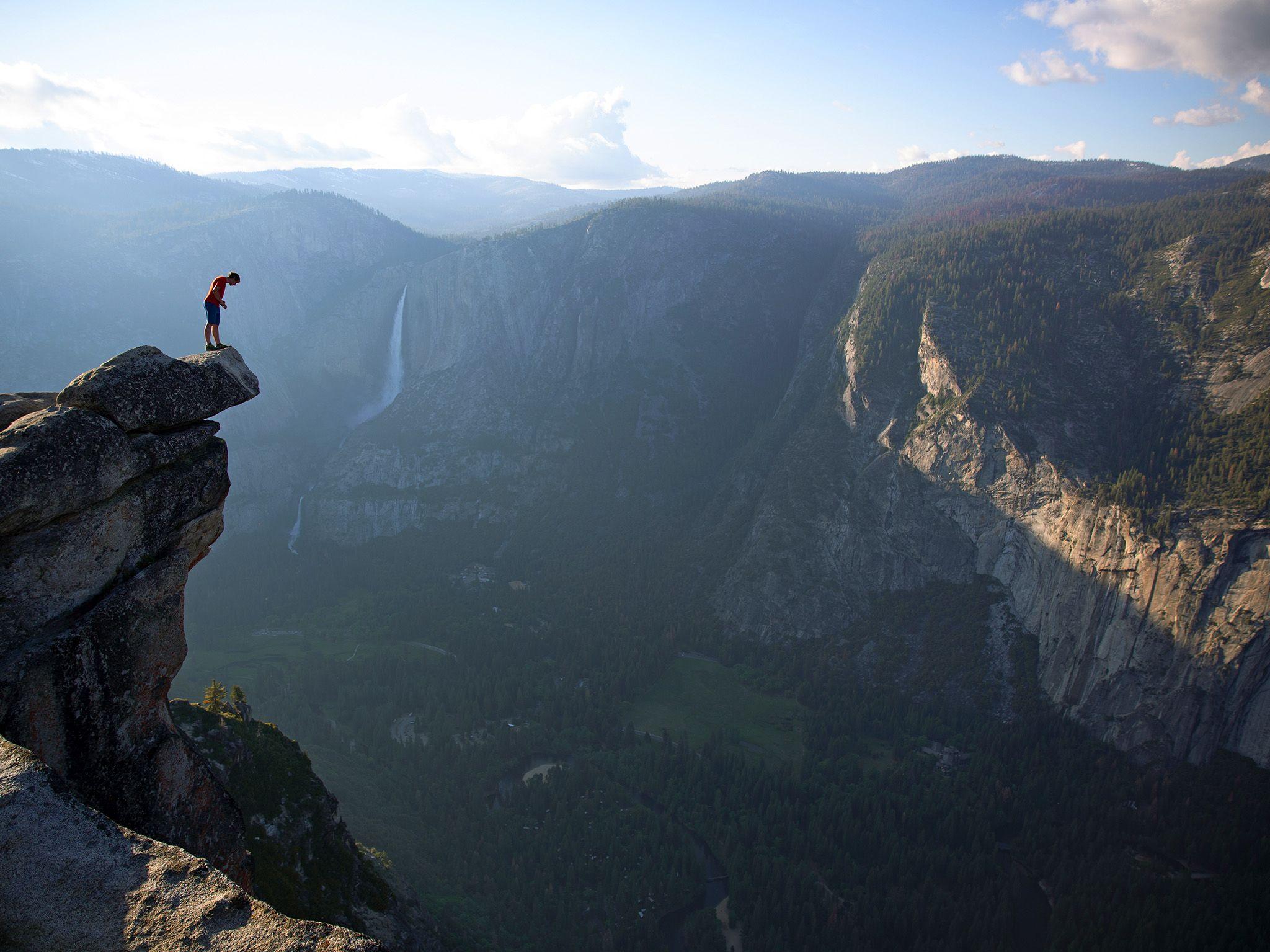 Alex Honnold peers over the edge of Glacier Point in Yosemite National Park. He had just climbed... [Foto del giorno - marzo 2019]