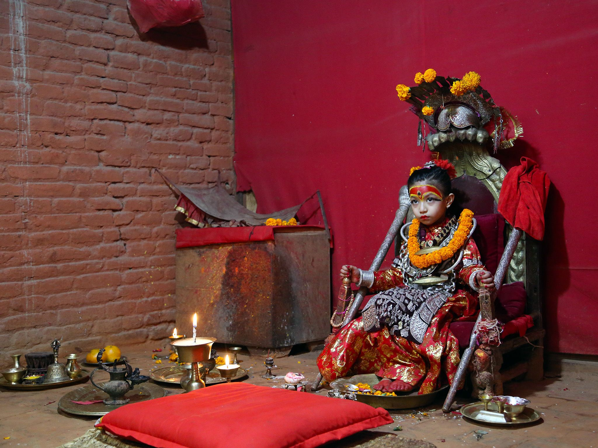Nihira Bajracharya, the Kumari Goddess, sits in her temple.  This image is from The Story of God... [Foto del giorno - March 2019]