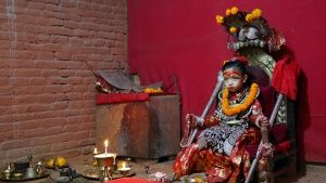 Nihira Bajracharya, the Kumari Goddess, sits in her temple.  This image is from The Story of God... Foto del giorno - 19 marzo 2019