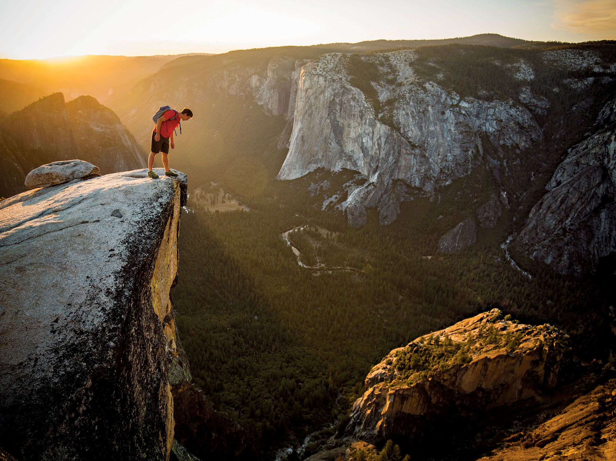 Honnold peers over the edge of Taft Point, across the Yosemite Valley from the granite... [Photo of the day - March 2019]