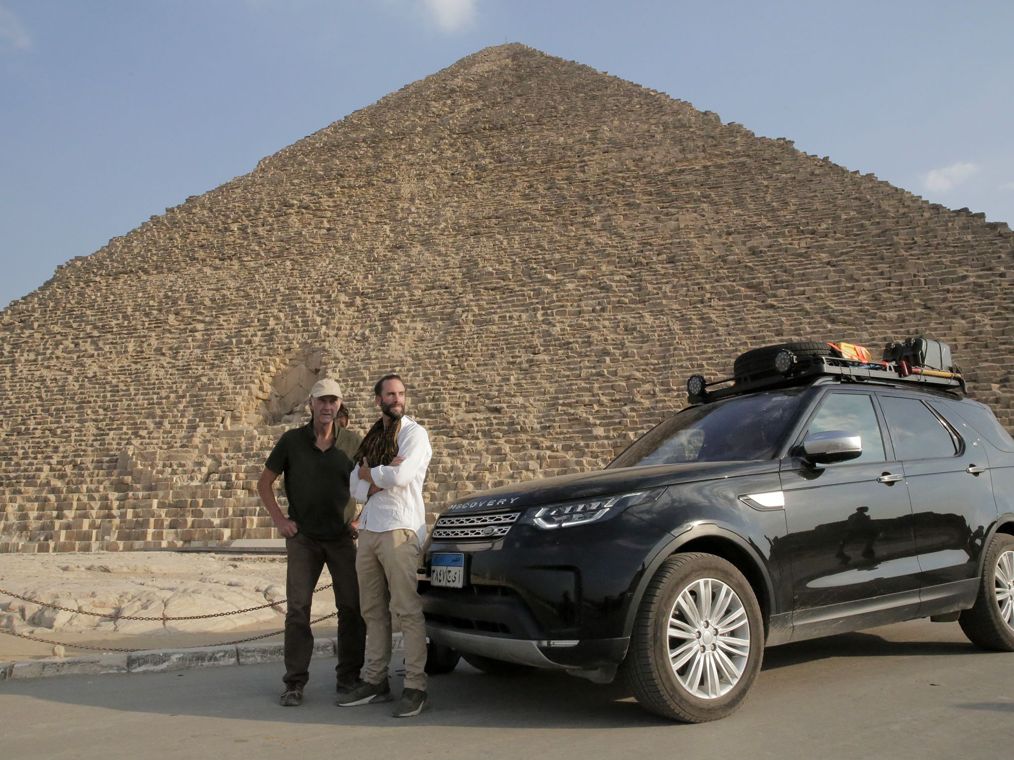 Joe and Ran Fiennes with crew filming at the pyramids in Giza. This image is from Egypt with the... [Foto del giorno - aprile 2019]