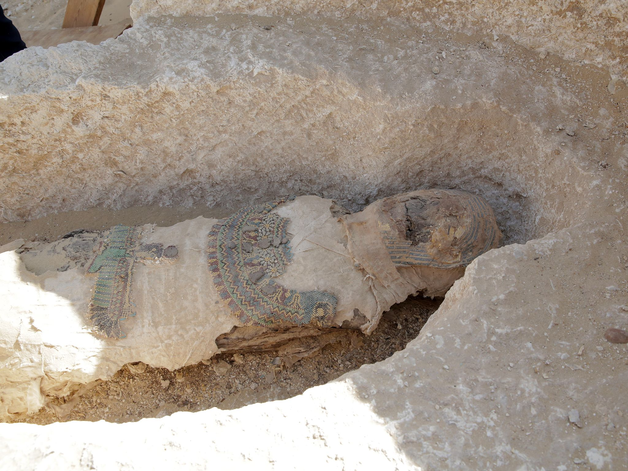 Open crypt with remains of a mummy still inside at the archaeological site of Tuna al Gabal.... [Foto del giorno - aprile 2019]