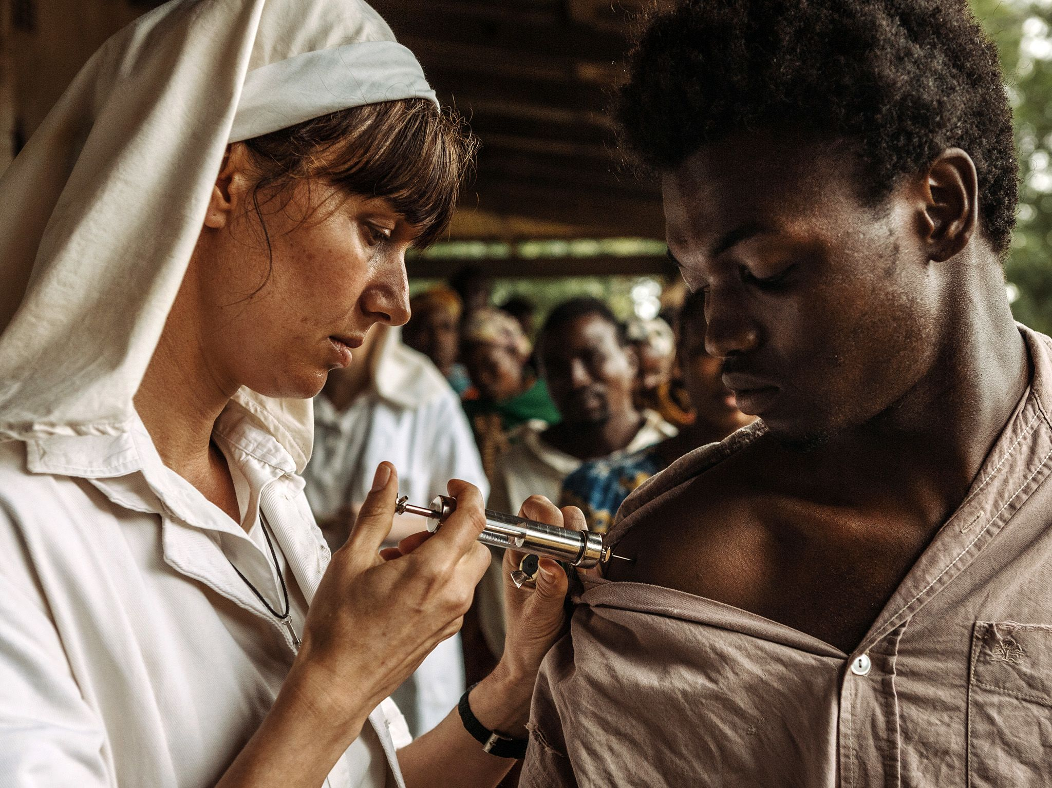 A nurse at the Yambuku Mission Hospital in Zaire administers a vaccine.  This image is from The... [Photo of the day - May 2019]