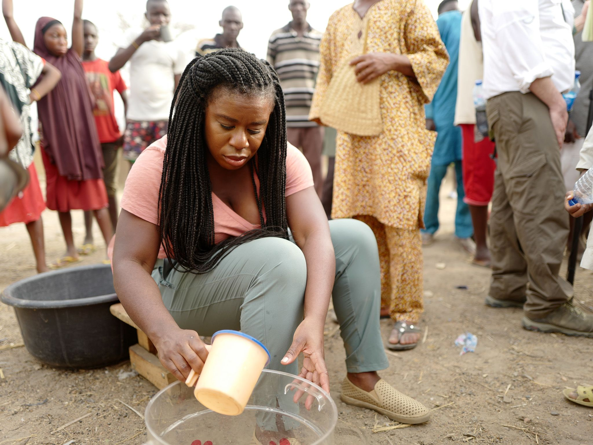 Uzo Aduba demonstrates how to use P&G Purifier of Water packets.  This image is from Activate:... [Photo of the day - سپتامبر 2019]