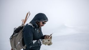 Hazen Audel looks at a compass in... [Photo of the day - 15 نوامبر 2019]