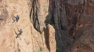 رحلة جويل ماكيل إلى وديان أريزونا الضيقة صورة