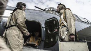 عملية إنقاذ الطيار من آيو جيما صورة