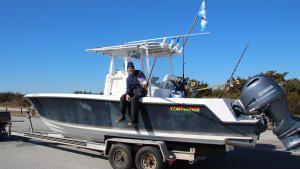 قارب صغير وسمكة كبيرة صورة