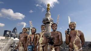 De indfødte kommer til byen